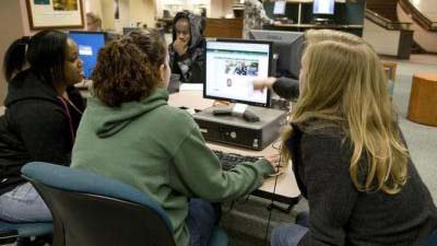 Students at a computer workstation in Knight Library